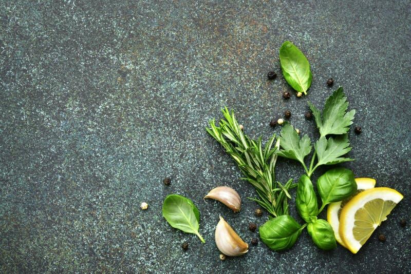 Ποικιλία των καρυκευμάτων: χορτάρια, σκόρδο, μαύρο πιπέρι, λεμόνι Τοπ όψη στοκ φωτογραφίες με δικαίωμα ελεύθερης χρήσης