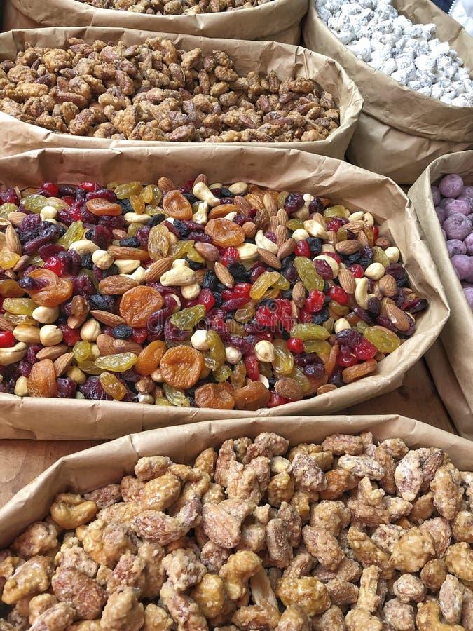Ποικιλία των ξηρών καρπών και των καρυδιών σε ένα ράφι στοκ εικόνα με δικαίωμα ελεύθερης χρήσης