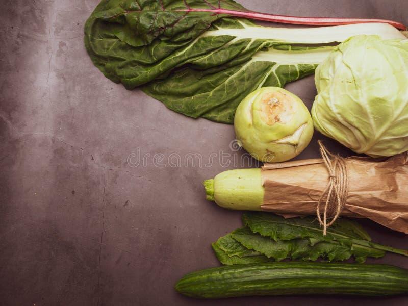 Ποικιλία των πράσινων λαχανικών, ισορροπημένο φύλλα υπόβαθρο τροφίμων διατροφής Οργανική τροφή για την υγιή διατροφή στοκ φωτογραφίες