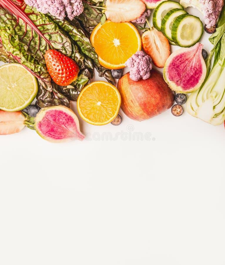 Ποικιλία των φρέσκων ζωηρόχρωμων φρούτων και λαχανικών στο άσπρο υπόβαθρο, τοπ άποψη, σύνορα στοκ εικόνες με δικαίωμα ελεύθερης χρήσης