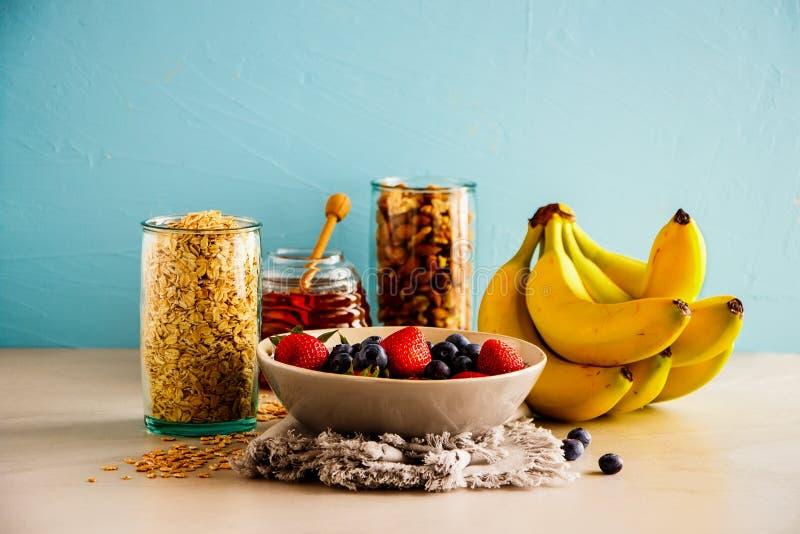 Ποικιλία των φρούτων, καρύδια, μέλι στοκ φωτογραφία με δικαίωμα ελεύθερης χρήσης