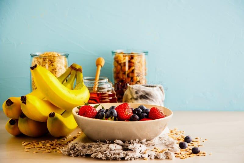 Ποικιλία των φρούτων, καρύδια, μέλι στοκ φωτογραφίες