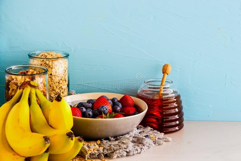 Ποικιλία των φρούτων, καρύδια, μέλι στοκ εικόνες με δικαίωμα ελεύθερης χρήσης