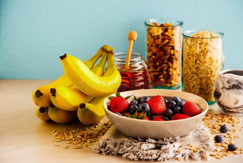 Ποικιλία των φρούτων, καρύδια, μέλι στοκ εικόνες