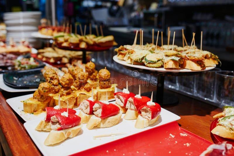 Ποικιλία των pintxos pinchos στο φραγμό του San Sebastian Donostia, Ισπανία στοκ εικόνες με δικαίωμα ελεύθερης χρήσης