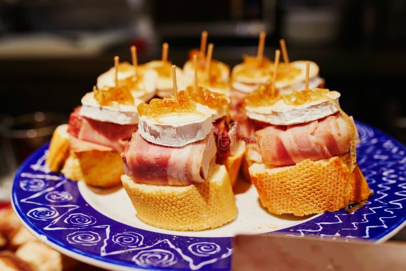 Ποικιλία των pintxos pinchos στο φραγμό του San Sebastian Donostia, Ισπανία στοκ εικόνα