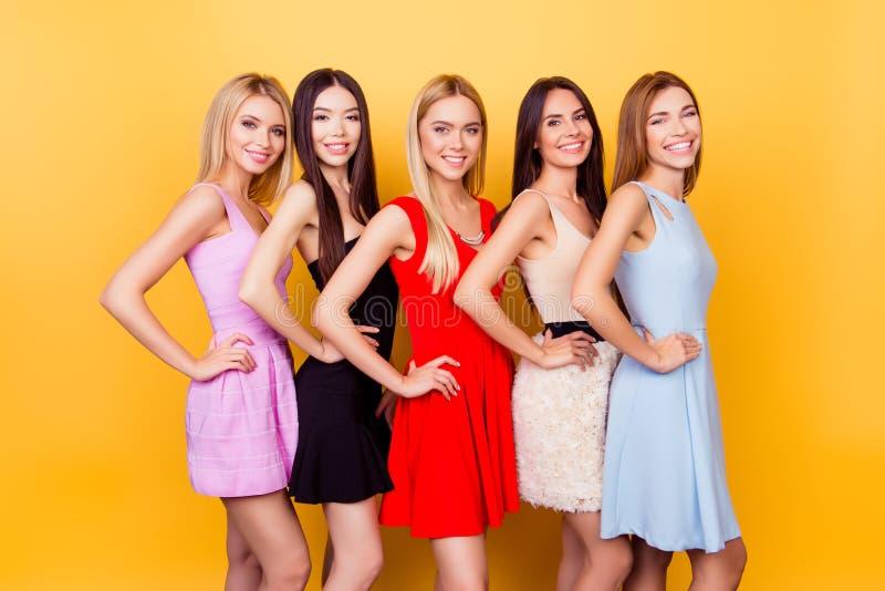 Ποικιλομορφία της ομορφιάς και έθνος Συγκινημένες φίλες στο colorf στοκ φωτογραφία με δικαίωμα ελεύθερης χρήσης
