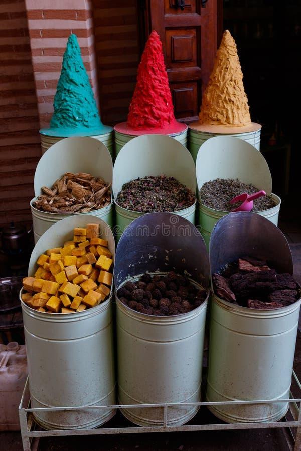 Ποικιλομορφία των ζωηρόχρωμων καρυκευμάτων σε μια bazaar αγορά στο Μαρακές Μαρόκο στοκ εικόνες