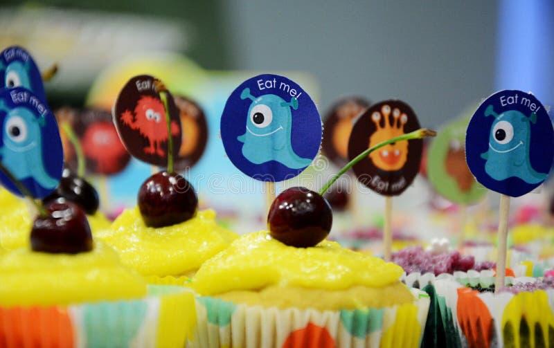 Ποικιλία λαμπρά διακοσμημένος cupcakes στοκ φωτογραφία με δικαίωμα ελεύθερης χρήσης