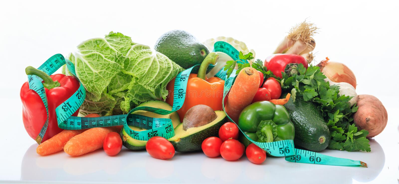 Ποικιλία των λαχανικών και της ταινίας μέτρου στο άσπρο υπόβαθρο στοκ φωτογραφία με δικαίωμα ελεύθερης χρήσης