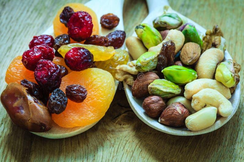 Ποικιλίες των ξηρών καρπών και των καρυδιών στα ξύλινα κουτάλια στοκ φωτογραφίες με δικαίωμα ελεύθερης χρήσης