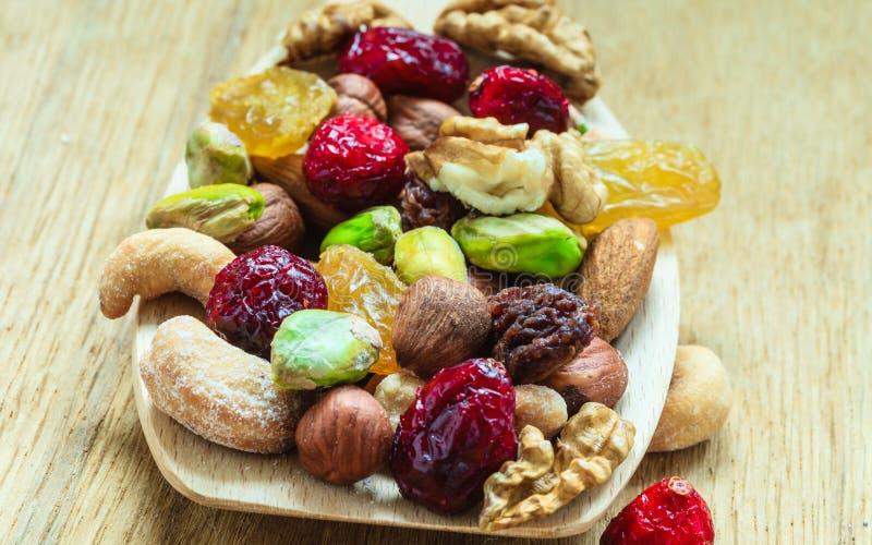 Ποικιλίες των ξηρών καρπών και των καρυδιών στο ξύλινο κουτάλι στοκ φωτογραφίες