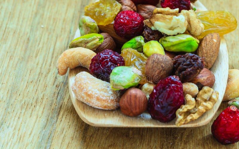 Ποικιλίες των ξηρών καρπών και των καρυδιών στο ξύλινο κουτάλι στοκ εικόνες με δικαίωμα ελεύθερης χρήσης