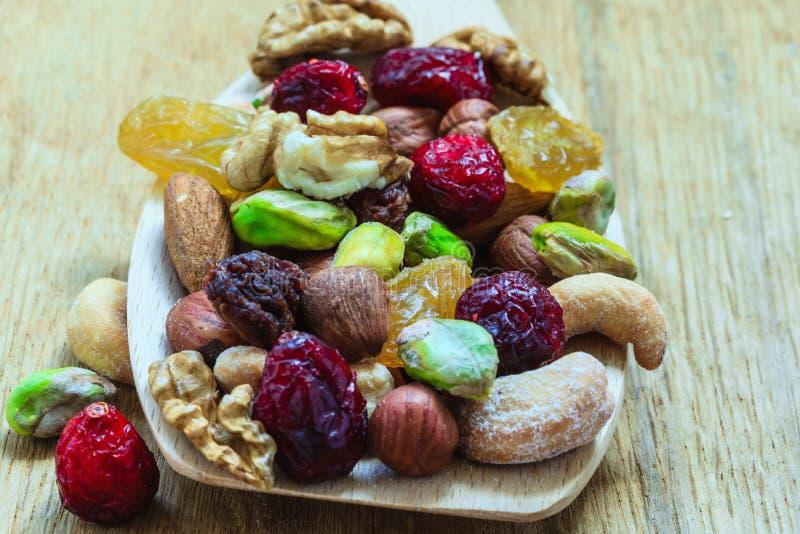 Ποικιλίες των ξηρών καρπών και των καρυδιών στο ξύλινο κουτάλι στοκ εικόνα