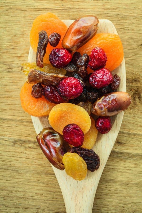 Ποικιλίες των ξηρών καρπών στο ξύλινο κουτάλι στοκ φωτογραφίες