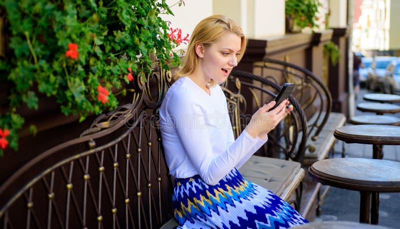 Ποιοι εάν καλούσα Κυρία που ψάχνει την επιχείρηση για να ξοδεψει το χρόνο στον καφέ Έκπληκτο το γυναίκα πρόσωπο κάθεται με τον κα στοκ φωτογραφίες με δικαίωμα ελεύθερης χρήσης