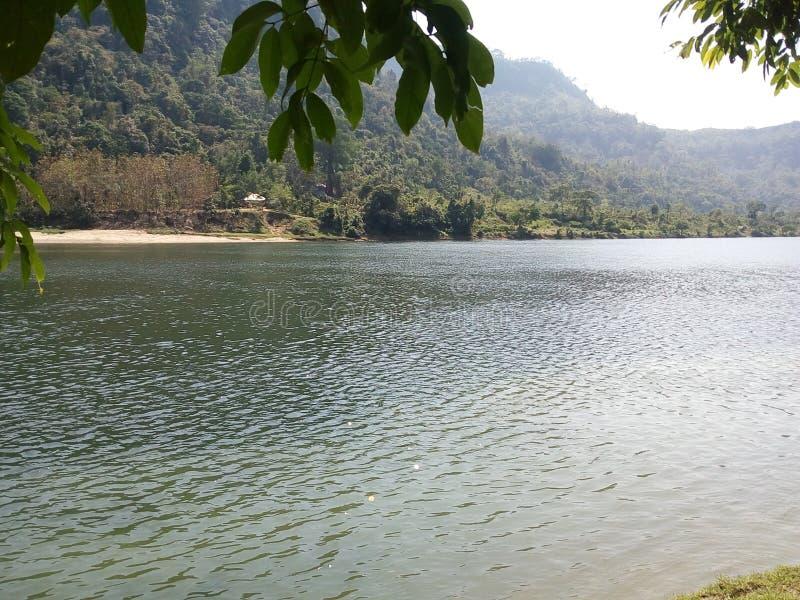Ποιος τέλειος συνδυασμός λόφου και ποταμού! Πραγματικά καταπληκτικός στοκ εικόνες
