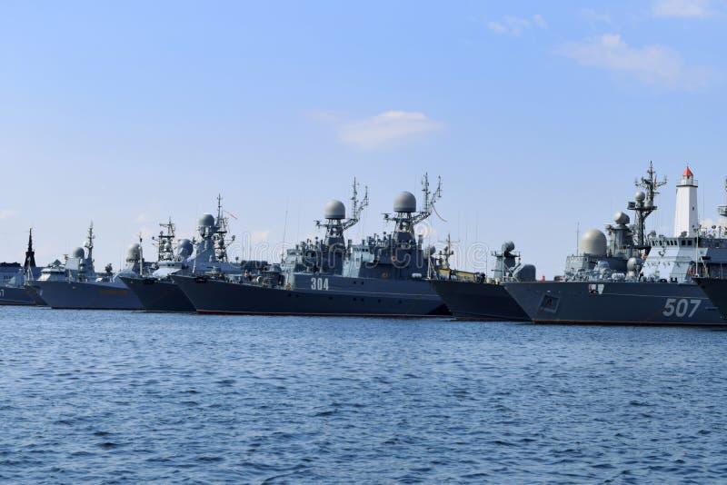 Πολεμικά πλοία στον κόλπο σε Kronstadt στοκ εικόνα