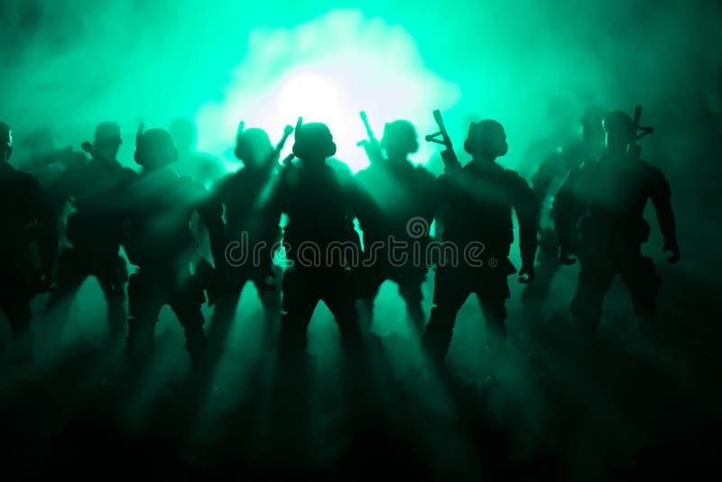 Πολεμική έννοια Στρατιωτικές σκιαγραφίες που παλεύουν τη σκηνή στο υπόβαθρο ουρανού πολεμικής ομίχλης, σκιαγραφίες στρατιωτών παγ στοκ εικόνες
