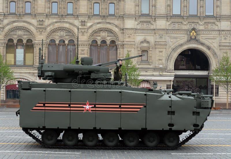 """Πολεμικό όχημα """"kurganets-25 """"πεζικού στην παρέλαση προς τιμή τη 74η επέτειο της νίκης στο μεγάλο πατριωτικό πόλεμο στοκ εικόνες"""