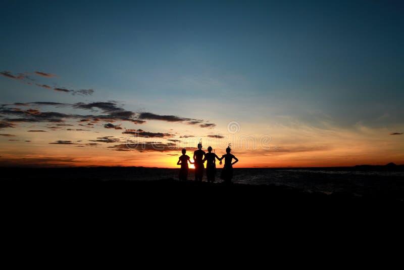 Πολεμιστές Samburu στη λίμνη Turkana στο ηλιοβασίλεμα σε ένα φεστιβάλ στην Κένυα στοκ εικόνες με δικαίωμα ελεύθερης χρήσης