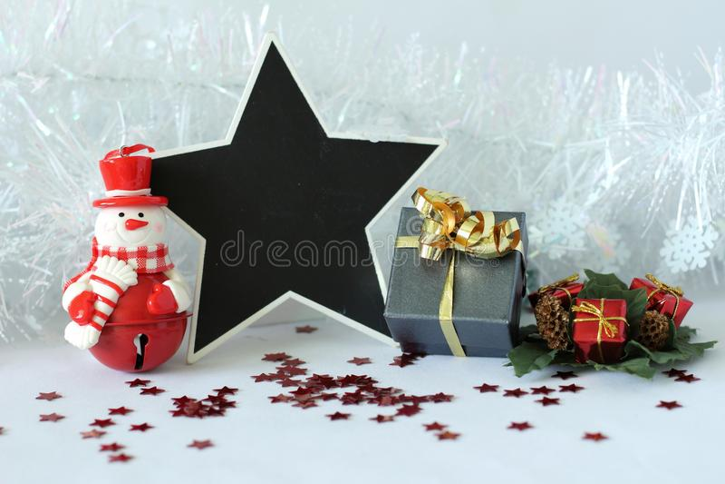 Πολική αρκούδα που φορά ένα καπέλο και ένα κόκκινο μαντίλι για τη διακόσμηση γιορτής Χριστουγέννων με μια κενή πλάκα μηνυμάτων στοκ φωτογραφία