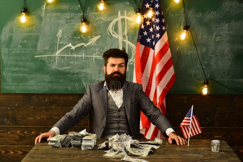Πολιτικός: καθίστε με το σωρό του αμερικανικού νομίσματος στοκ φωτογραφίες με δικαίωμα ελεύθερης χρήσης