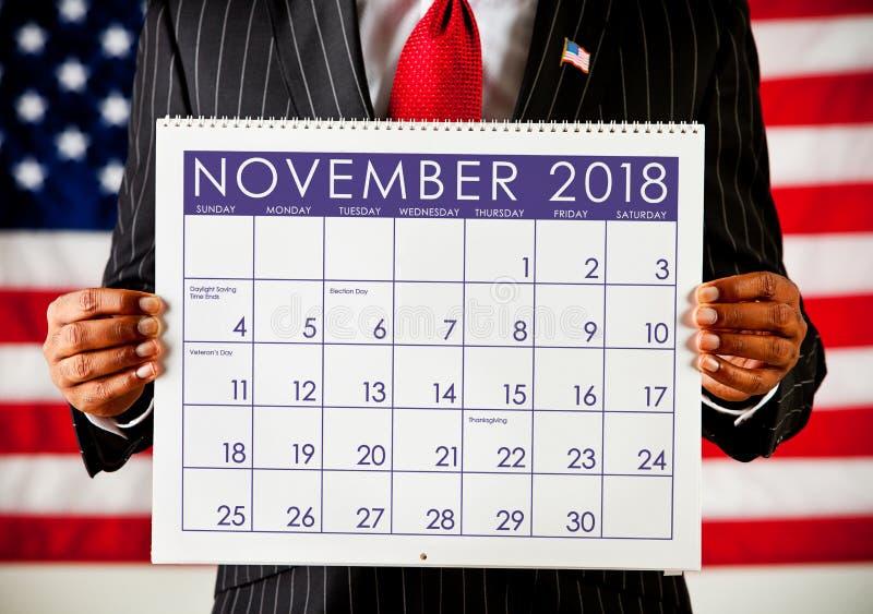 Πολιτικός: Κρατώντας ένα ημερολόγιο με την εκλογή Νοεμβρίου ημέρα 2018 στοκ φωτογραφία με δικαίωμα ελεύθερης χρήσης