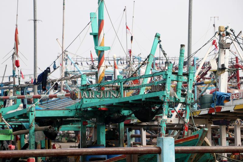 Πολλά αλιευτικά σκάφη έδεσαν στο λιμάνι λιμένων, περισσότερο από εκατό αλιευτικό σκάφος της Ινδονησίας που ελλιμενίστηκε στην απο στοκ φωτογραφίες