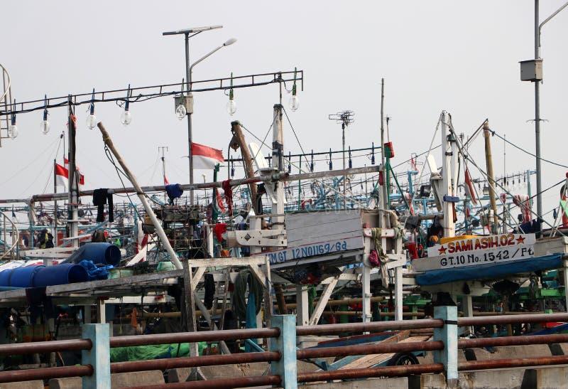 Πολλά αλιευτικά σκάφη έδεσαν στο λιμάνι λιμένων, περισσότερο από εκατό αλιευτικό σκάφος της Ινδονησίας που ελλιμενίστηκε στην απο στοκ φωτογραφίες με δικαίωμα ελεύθερης χρήσης