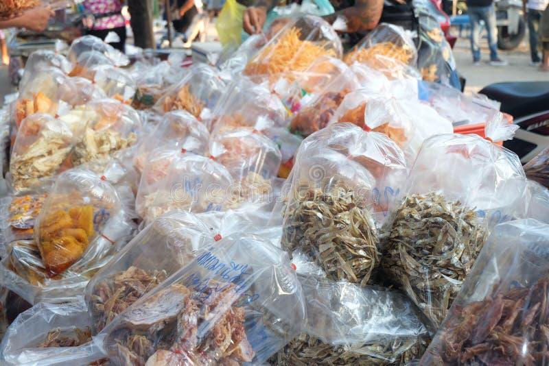 Πολλά αποξηραμένα ψάρια και αποξηραμένο καλαμάρι σε μια τσάντα πολλών συσκευασιών Επεξεργασία θαλασσινών για την πώληση στην τοπι στοκ φωτογραφίες