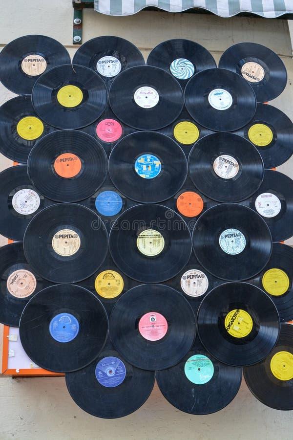 Πολλά αρχεία που κρεμούν σε έναν τοίχο στην οδό στοκ φωτογραφία με δικαίωμα ελεύθερης χρήσης