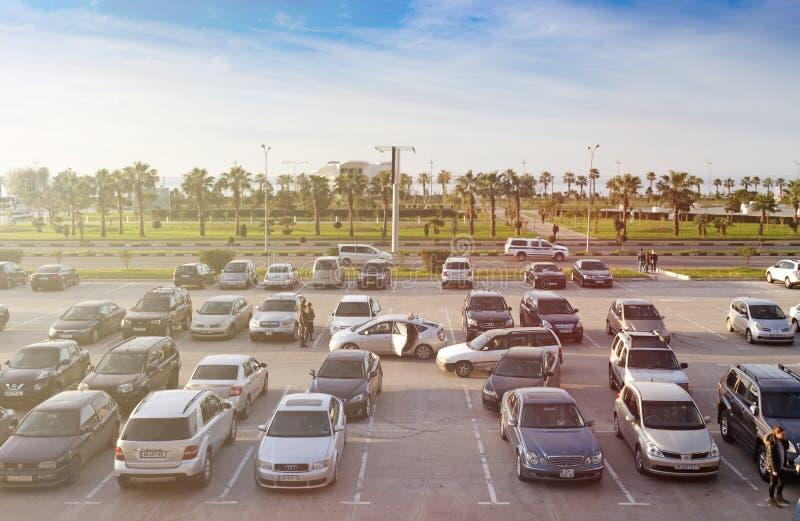 Πολλά αυτοκίνητα σταθμεύουν στον υπαίθριο χώρο στάθμευσης, περίπατος ανθρώπων στοκ φωτογραφία με δικαίωμα ελεύθερης χρήσης