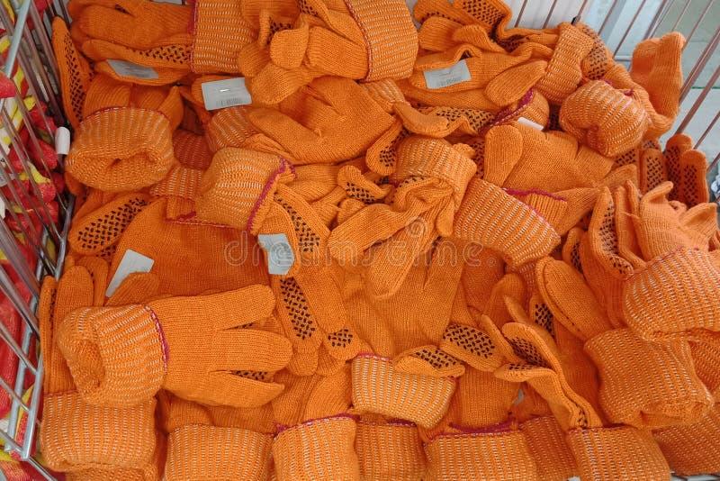 Πολλά γάντια για να προστατεύσει τα χέρια κατά τη διάρκεια της κατασκευής σε ένα χωριστό τμήμα προθήκης στοκ εικόνες