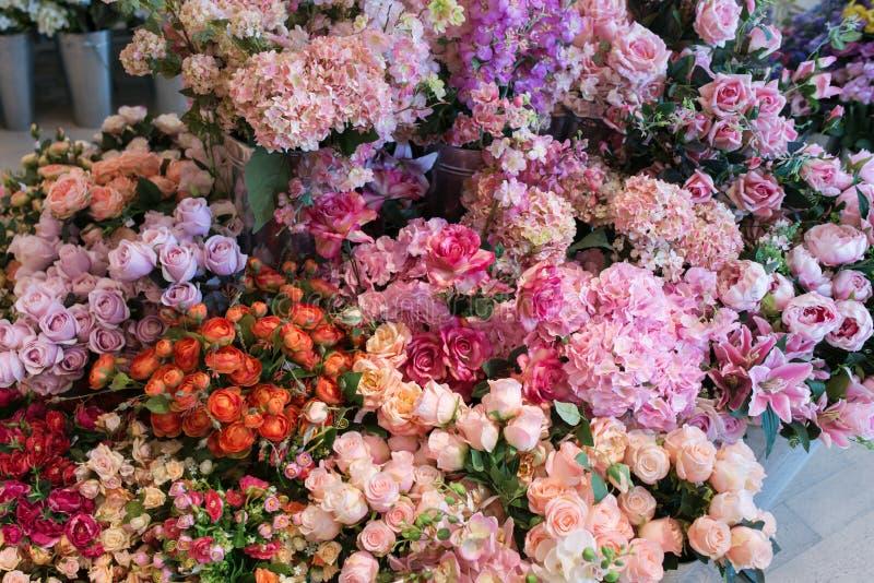 Πολλά διάφορα ρόδινα και κόκκινα λουλούδια οδοντώνουν αυξήθηκαν υπόβαθρο ανθοδεσμών λουλουδιών στοκ φωτογραφίες