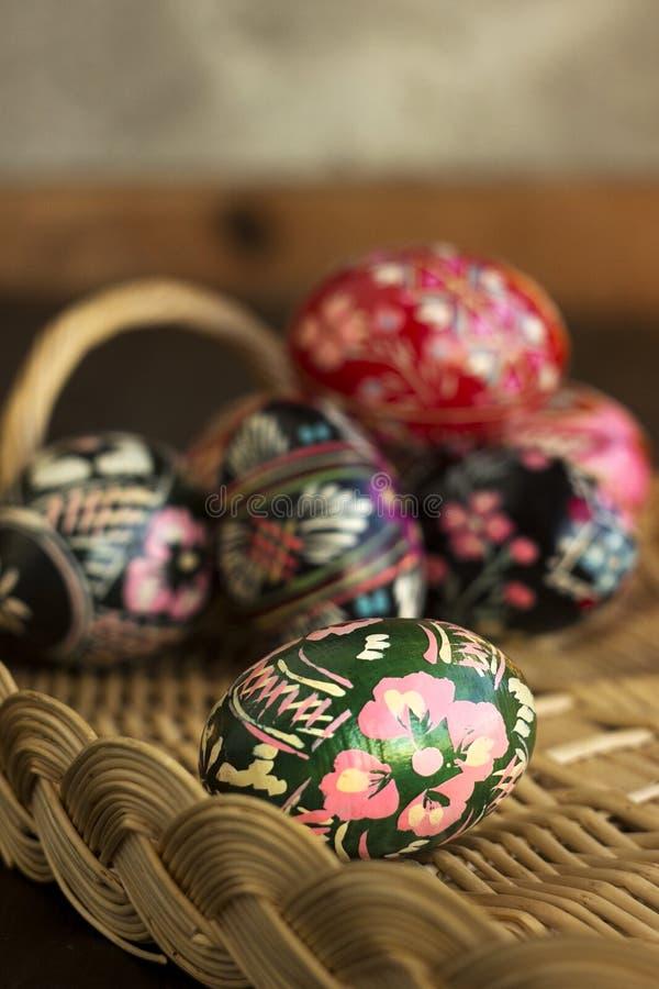Πολλά διακοσμημένα αυγά Πάσχας βρίσκονται σε ένα καλάθι, whte και ένα μπλε υπόβαθρο Ουκρανικά αυγά Πάσχας με τις διακοσμήσεις και στοκ εικόνες