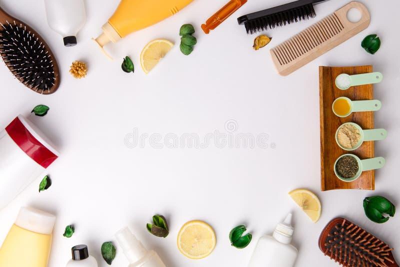 Πολλά διαφορετικά φυσικά καλλυντικά προϊόντα για την τρίχα φροντίζουν στον άσπρο πίνακα στοκ εικόνα με δικαίωμα ελεύθερης χρήσης