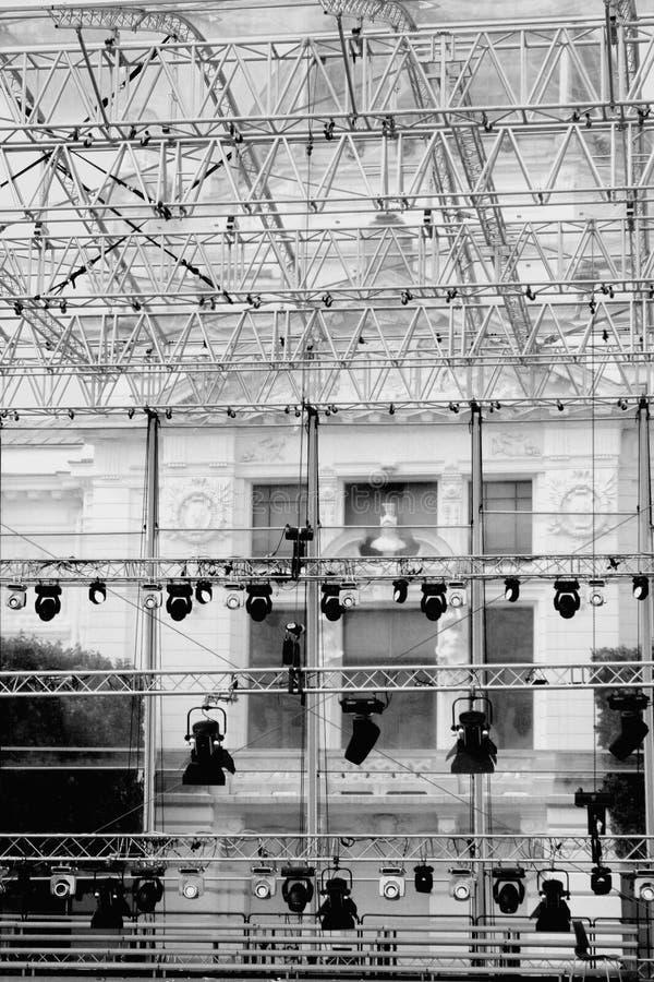 Πολλά επίκεντρα που φωτίζουν τη σκηνή σε μια συναυλία στοκ εικόνα
