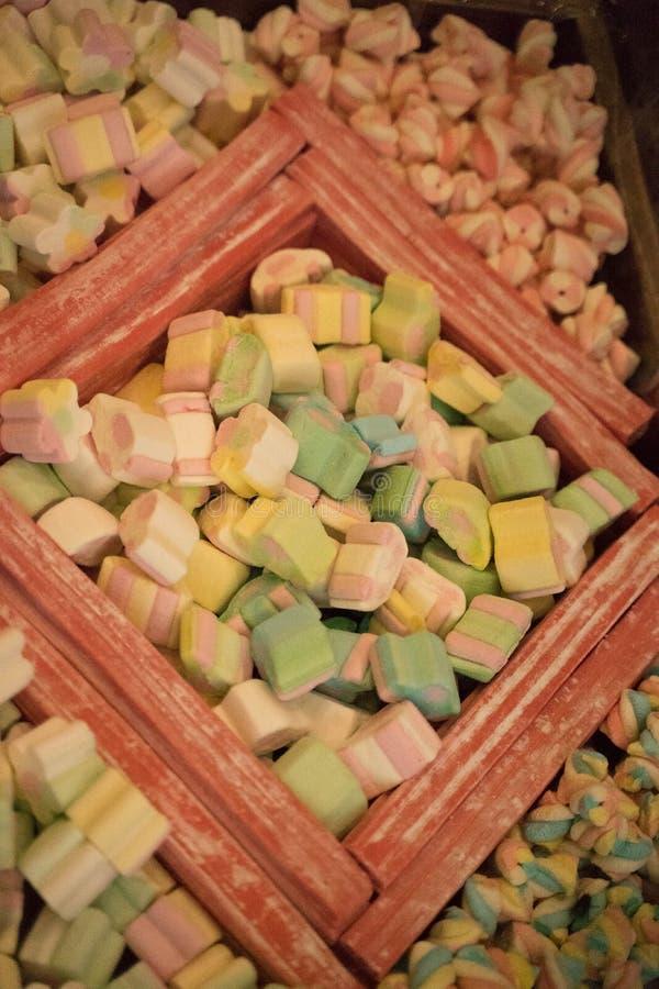 Πολλά ζωηρόχρωμα γλυκά από τη μαρμελάδα, marshmallow, καραμέλα - επιδόρπια στοκ εικόνες