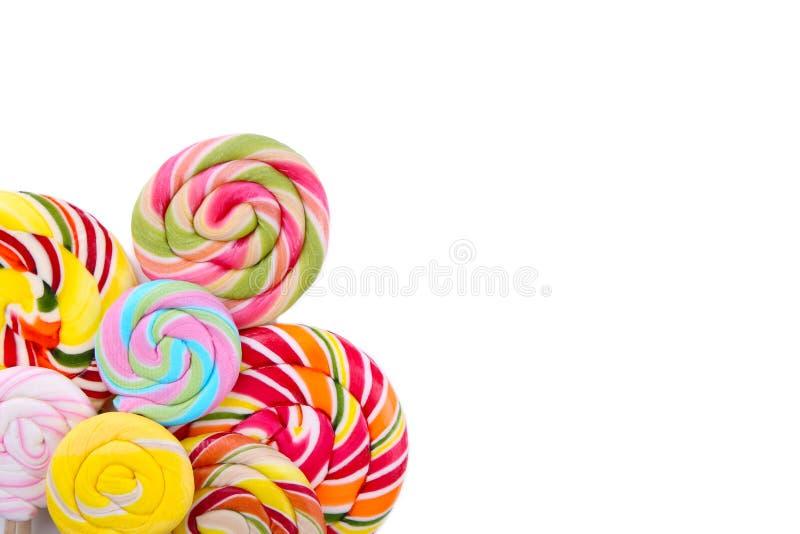 Πολλά ζωηρόχρωμα lollipops που απομονώνονται στο άσπρο υπόβαθρο όμορφες νεολαίες γυναικών στούντιο ζευγών χορεύοντας καλυμμένες στοκ φωτογραφία