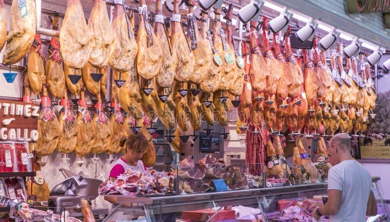 Πολλά ιβηρικά ζαμπόν στην αγορά κρέατος στοκ εικόνα με δικαίωμα ελεύθερης χρήσης