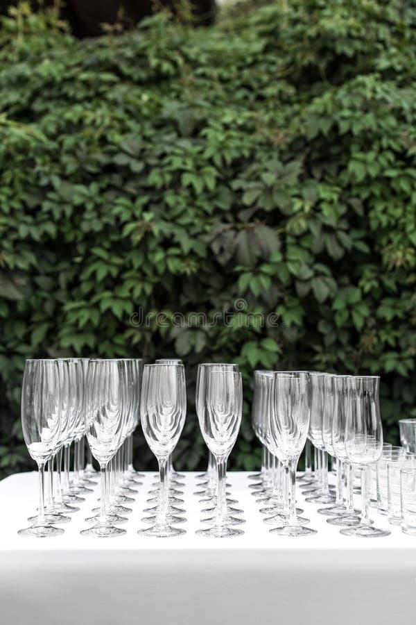 Πολλά κενά καθαρά γυαλιά για τους φιλοξενουμένους στον εορταστικό γαμήλιο πίνακα μπουφέδων στοκ εικόνα με δικαίωμα ελεύθερης χρήσης