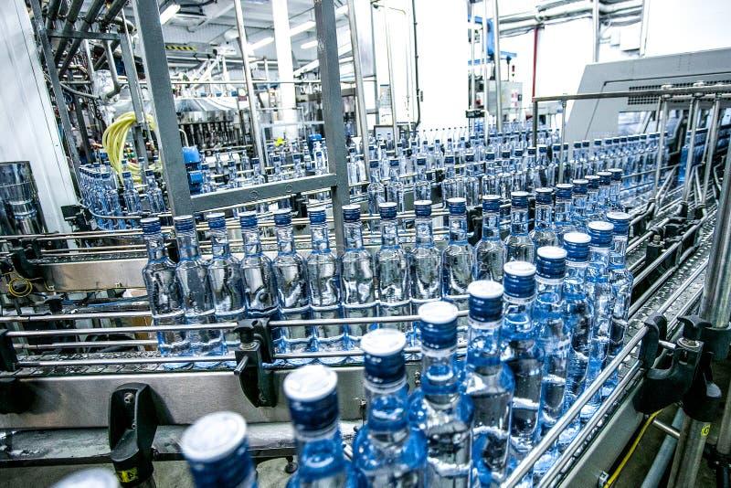 Πολλά μπουκάλια στη ζώνη μεταφορέων στοκ φωτογραφία με δικαίωμα ελεύθερης χρήσης