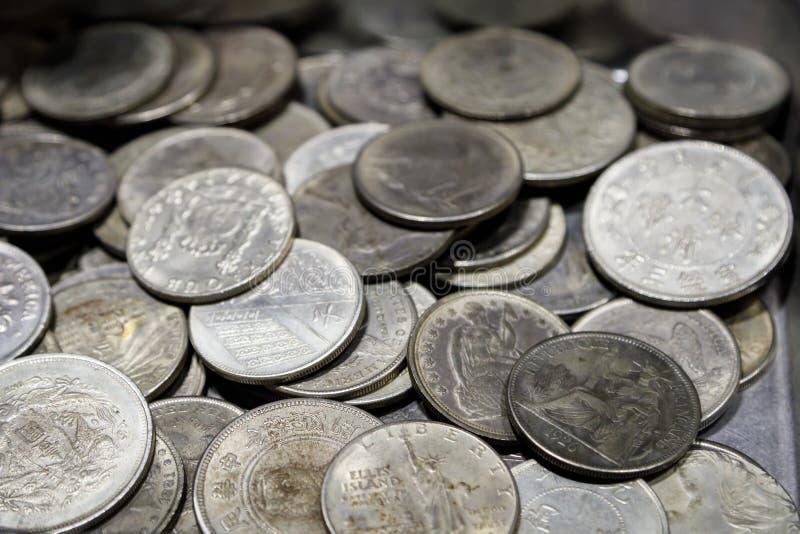 Πολλά νομίσματα μετάλλων των διαφορετικών μετονομασιών και των διαφορετικών χωρών κλείνουν επάνω στοκ φωτογραφία