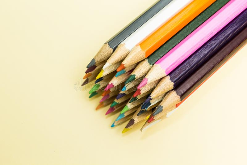 Πολλά πολύχρωμα μολύβια σε ένα μπεζ υπόβαθρο στοκ εικόνα με δικαίωμα ελεύθερης χρήσης