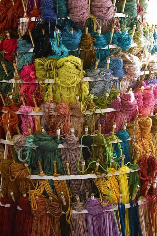 Πολλά πολύχρωμα νηματοδέματα μαλλιού στοκ εικόνες με δικαίωμα ελεύθερης χρήσης