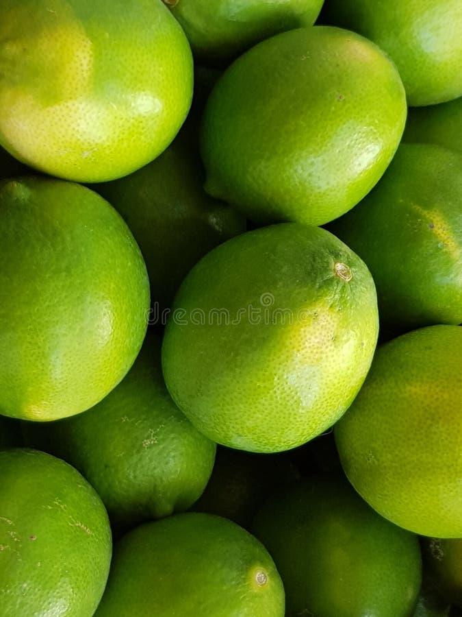 Πολλά πράσινα κίτρινα λεμόνια στοκ εικόνες με δικαίωμα ελεύθερης χρήσης