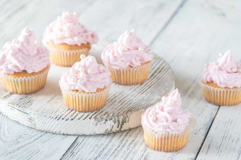 Πολλά ρόδινα σπιτικά cupcakes κρέμας στοκ φωτογραφίες