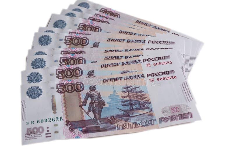 Πολλά 500 τραπεζογραμμάτια της τράπεζας της Ρωσίας στην άσπρη σπονδυλική στήλη ρουβλιών υποβάθρου ρωσική πεντακόσιων ρουβλιών στοκ εικόνα