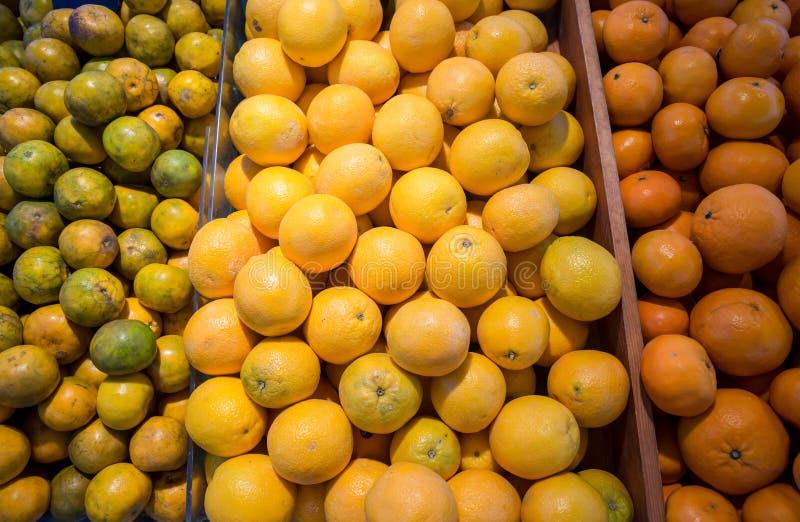Πολλά φρέσκα και όμορφα πορτοκάλια με ένα καλό γούστο στο καλάθι στην αγορά στοκ φωτογραφία